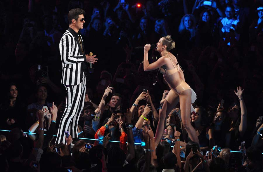 Robin Thicke On Miley Cyrus Mtv Vma Performance Controversy It S Silly Nme