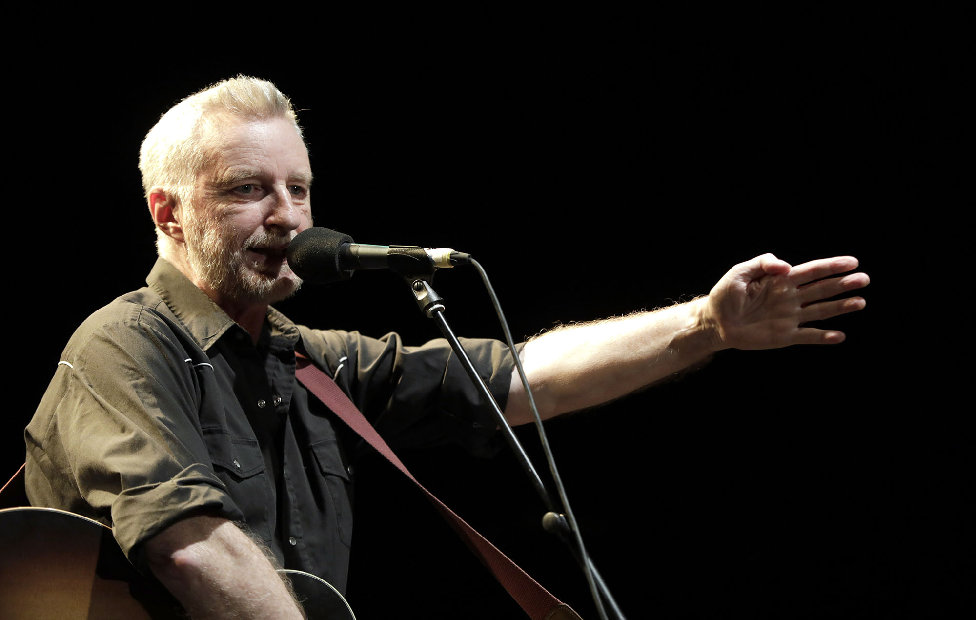 Billy Bragg at Glastonbury: the Bard of Pilton brings politics, anecdotes and a prediction for the Lionesses | NME
