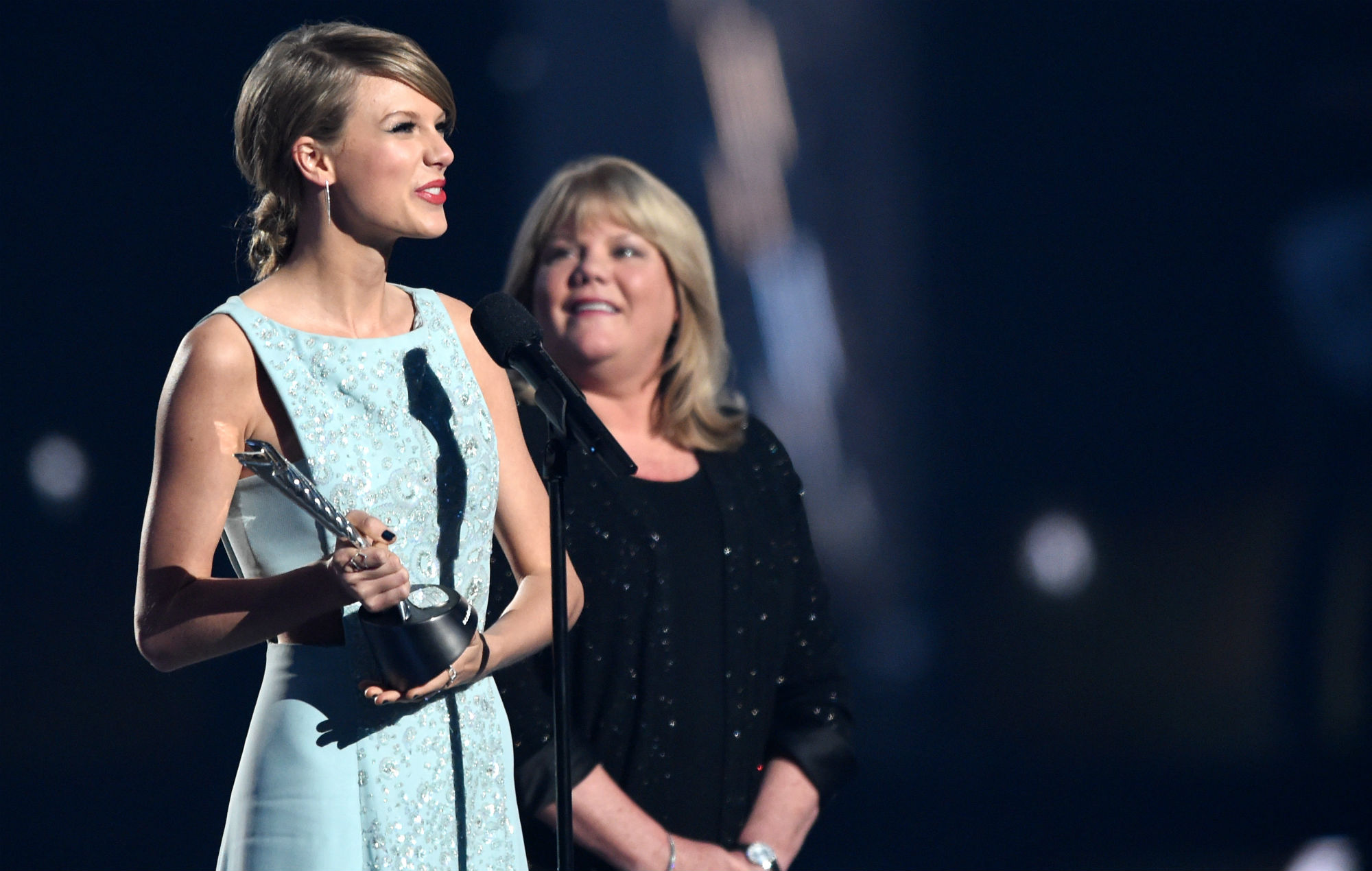 Taylor Swift says she limited touring after mum was diagnosed with brain tumour