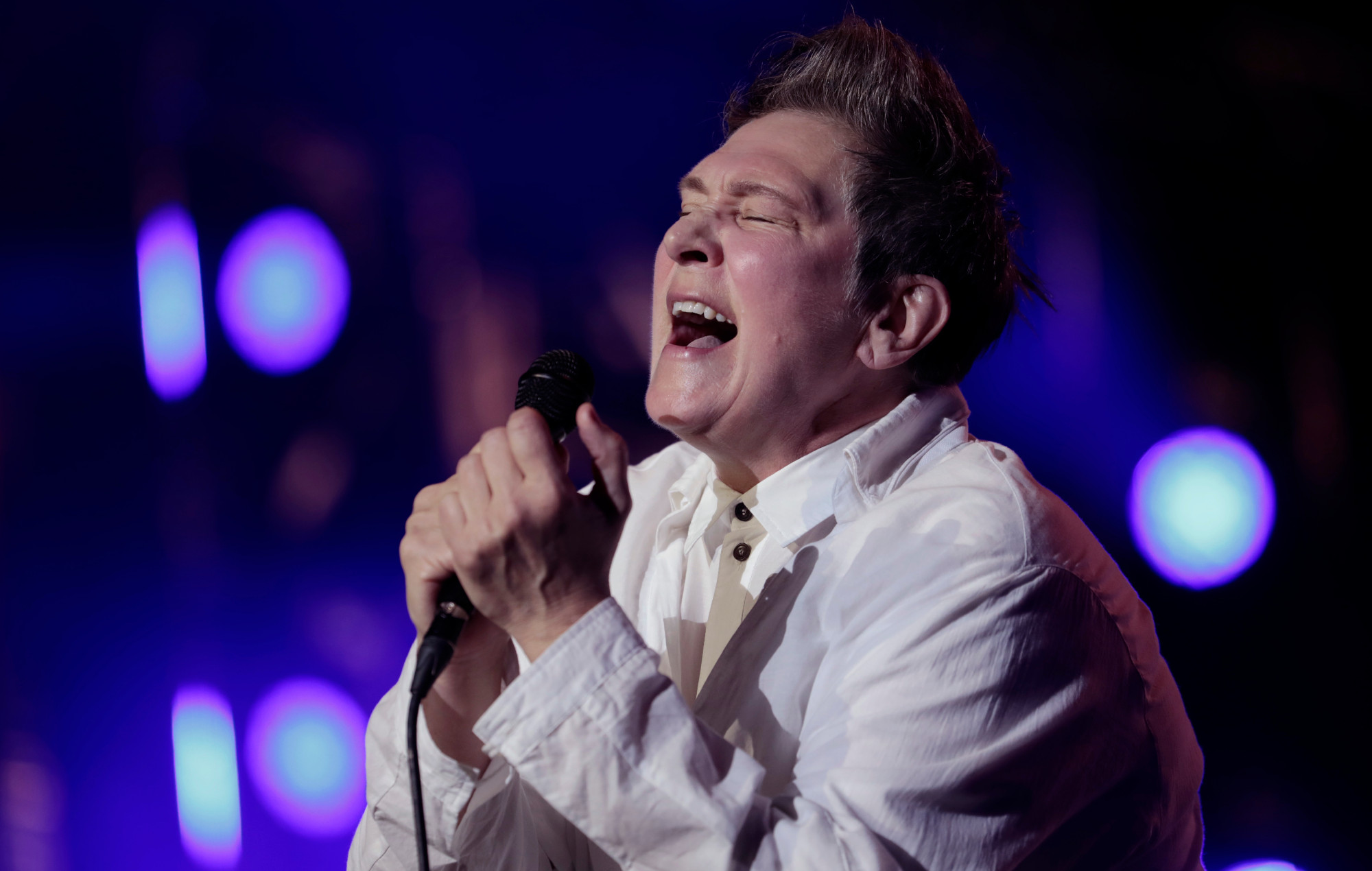 Watch k.d. lang sing 'Hallelujah' at Fire Fight Australia | NME Australia