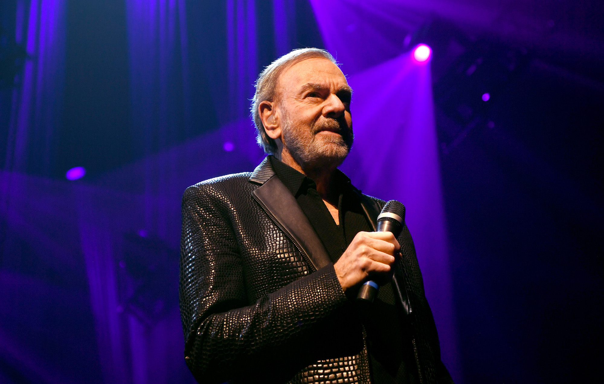 """""""Hands… washing hands"""": Neil Diamond gives coronavirus advice while playing 'Sweet Caroline' in his house - EpicNews"""