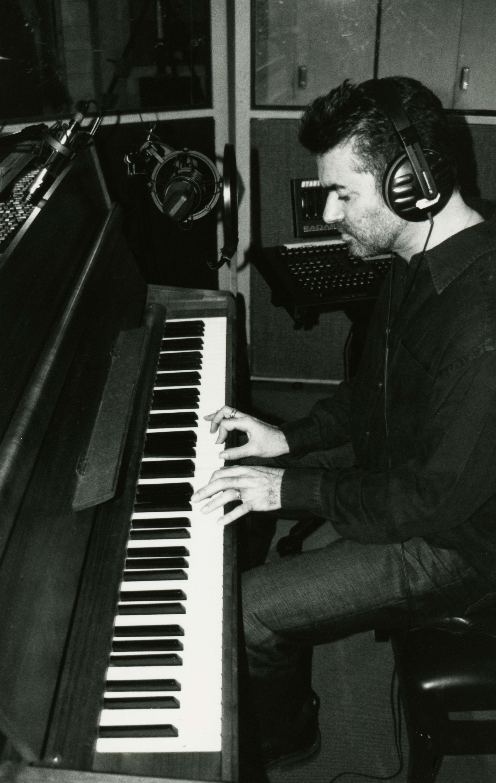 George Michael tocando el piano 'Imagine' de John Lennon