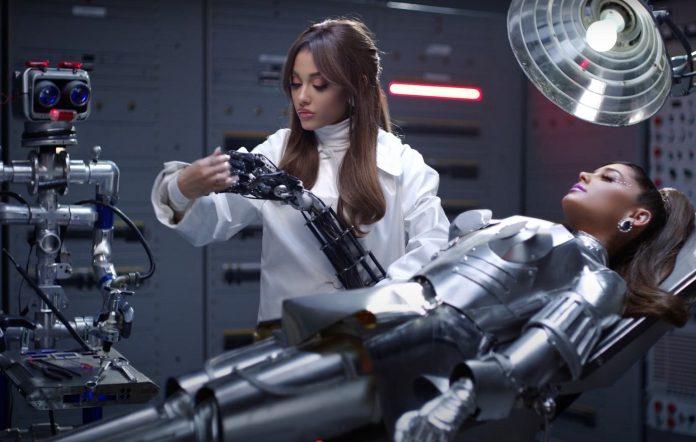 Ariana Grande 34+35