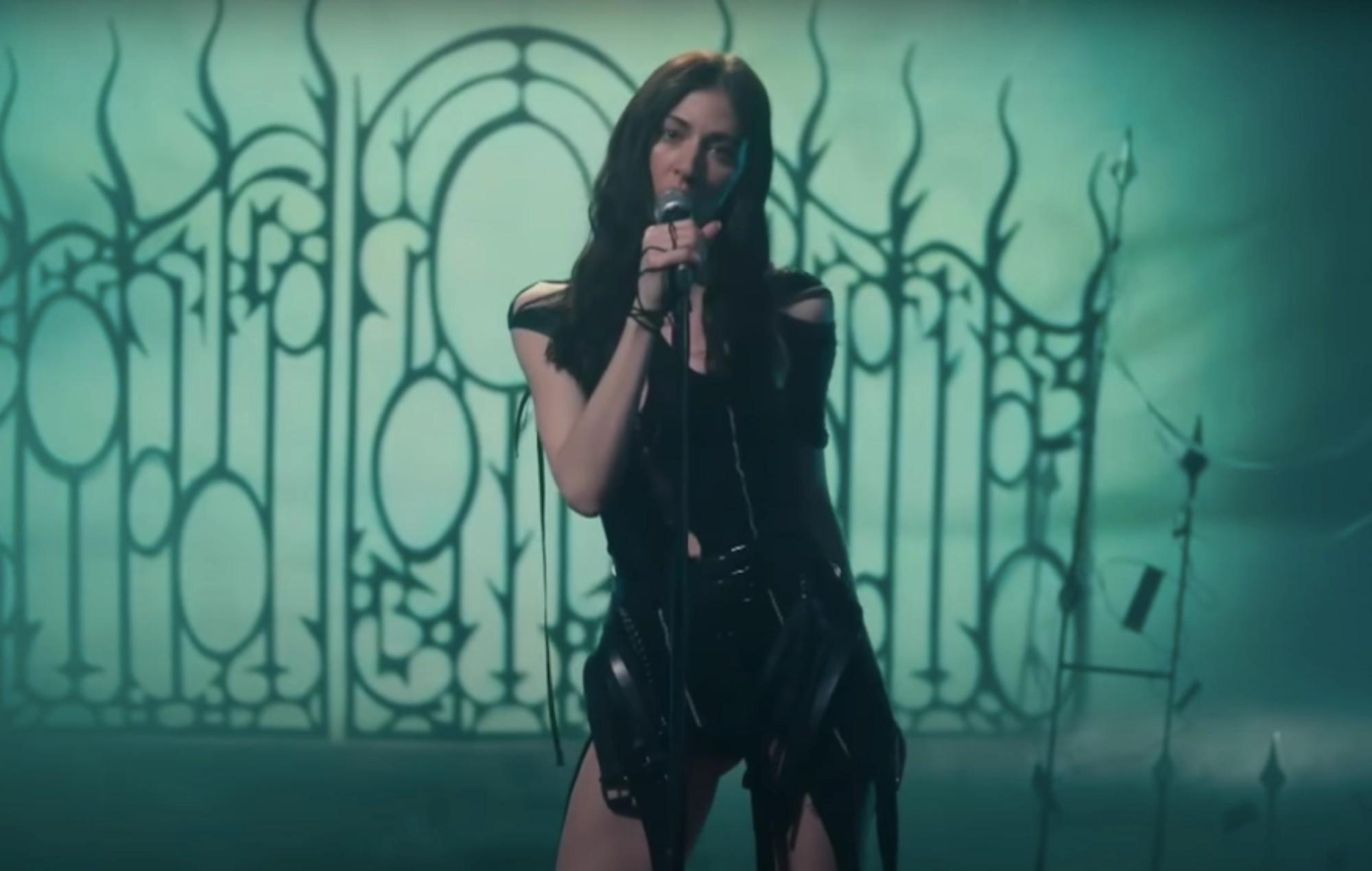Watch Caroline Polachek perform 'Breathless' on 'The Late Late Show'