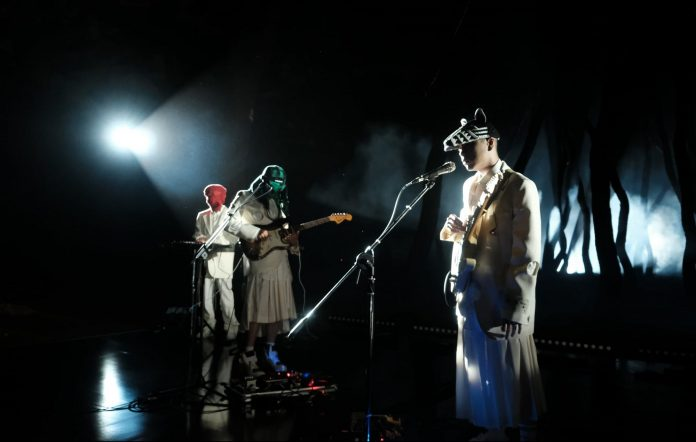 hyukoh performing in through love online show