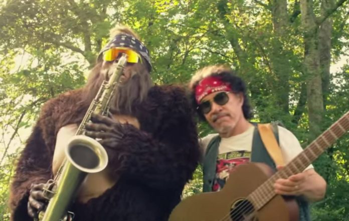 John Oates and Saxsquatch perform Maneater