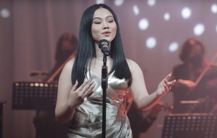Yura Yunita performs 'Risalah Hati' and 'Kangen' live