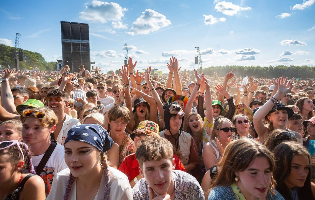General view of the crowd while Declan McKenna performs on the main stage during Leeds Festival 2021 at Bramham Park on August 28, 2021 in Leeds, England. (Photo by Andrew Benge/Redferns)